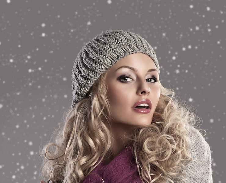 Старайся использовать меньше средств для укладки – лак, пенка, мусс и прочее, возможно, и помогут сохранить прическу даже под головным убором, но для наших волос это не слишком полезно.