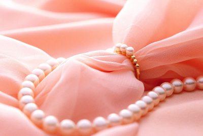 жемчуг на розовом
