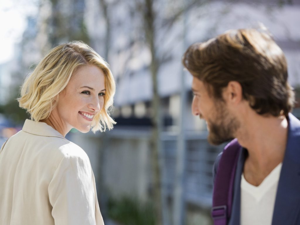 улыбка помогает привлечь мужчину